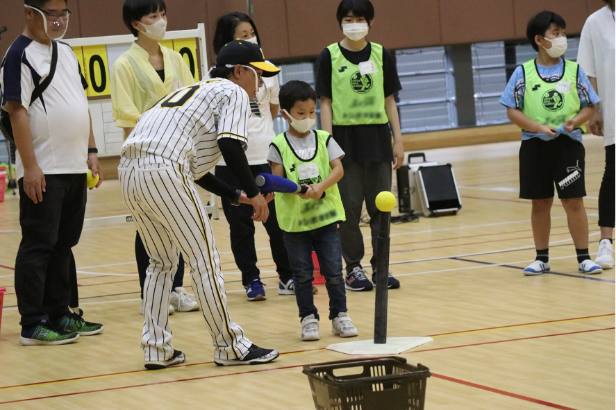 日本プロ野球選手会がひとり親家庭の親子を対象にした「ドリームキャッチ親子野球体験教室」を東大阪市で開催